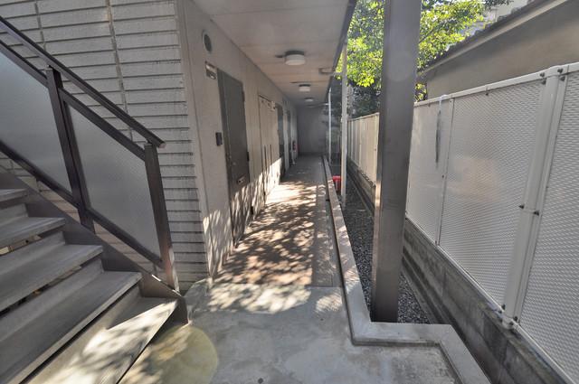 ジャルディーノ壱番館 玄関まで伸びる廊下がきれいに片づけられています。
