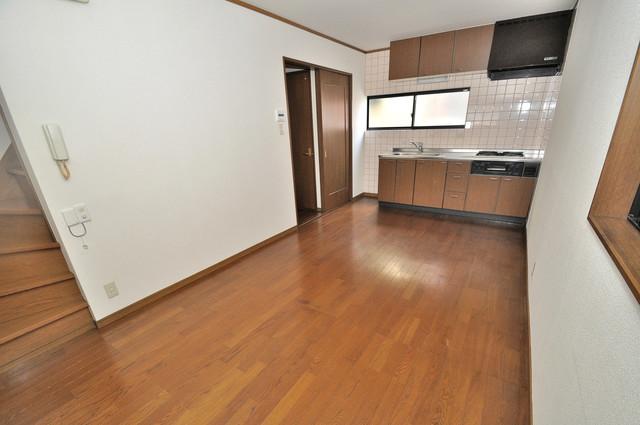 長栄寺8-24 貸家 広くて明るいリビングはご家族全員がリラックスできる空間。