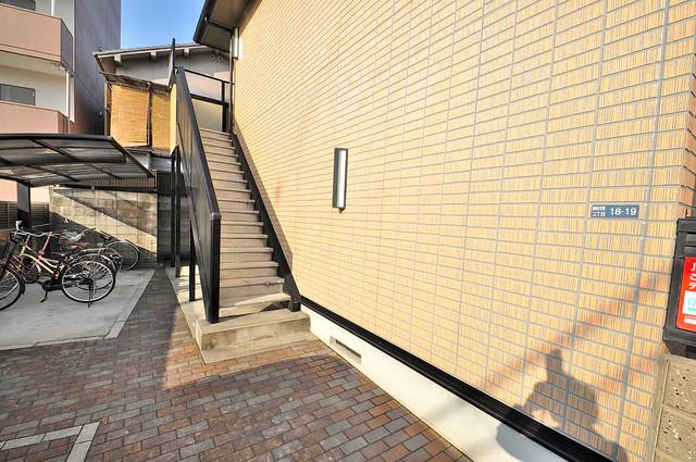 プラサート小阪 エントランス周辺はいつもキレイに片付けられています。