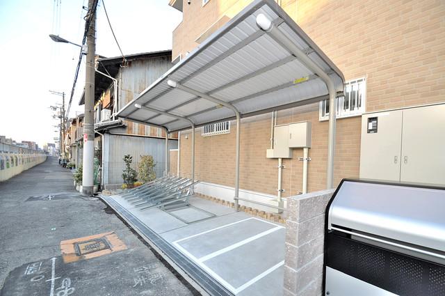 COCORO 敷地内にある専用の駐輪場。雨の日にはうれしい屋根つきです。