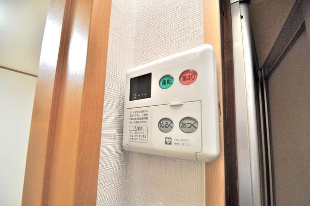 宝持4丁目貸家 給湯リモコン付。温度調整は指1本、いつでもお好みの温度です。