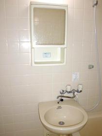 浴室内にある洗面器と洗面キャビネット