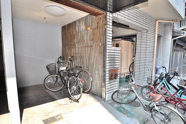 サン今里 屋内にある駐輪場は大切な自転車を雨から守ってくれます。