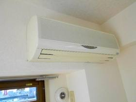 LDKと洋室と和室の各居室にエアコンが設置済です(合計3台)