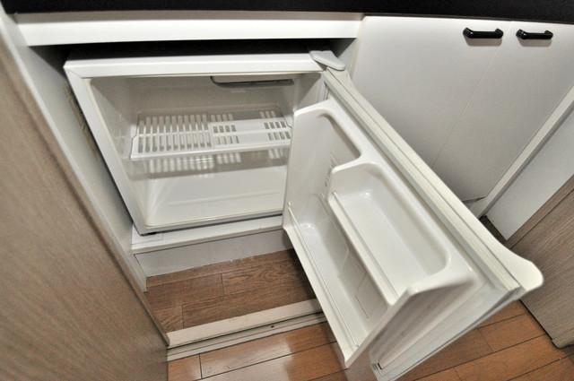 サンモール ミニ冷蔵庫付いてます。単身の方には十分な大きさです。