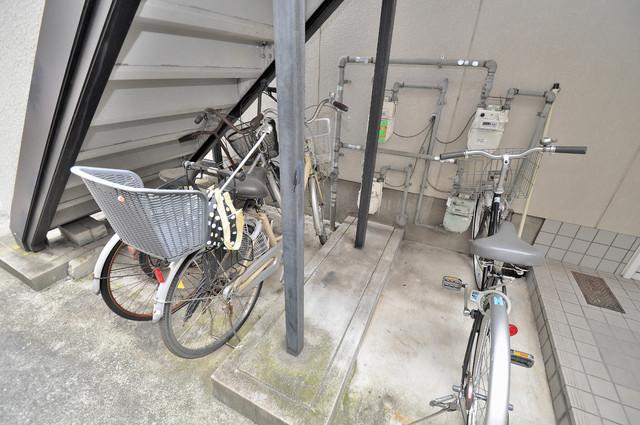 イワタハイツ 階段したにはちょっとした駐輪スペースがあります。