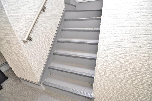 ハーモニーテラス源氏ケ丘 2階に伸びていく階段。この建物にはなくてはならないものです。