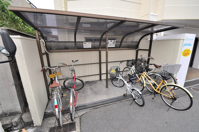 ラフォーレ菱屋西Ⅱ 1階には駐車場があります。屋根付きは嬉しいですね。