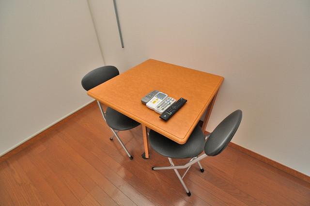 レオパレス今津 テーブル・椅子有ります。家具付きって嬉しいですね。