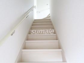 階段に手すり付いてます♪