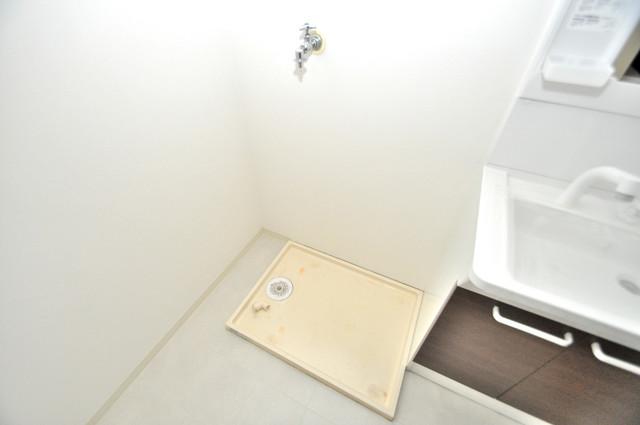 フローラ長田 シンプルな洗濯機置場は脱衣場も兼ねています。