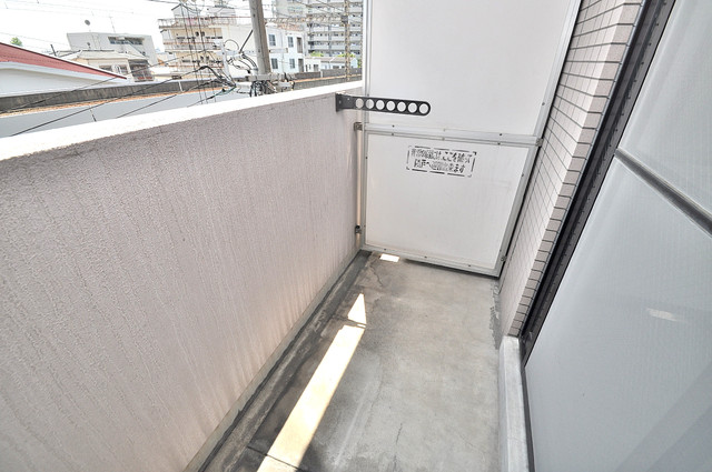 ビクトワール小阪 バルコニーは陽当たりが良く、洗濯物も気持ち良く乾きます。