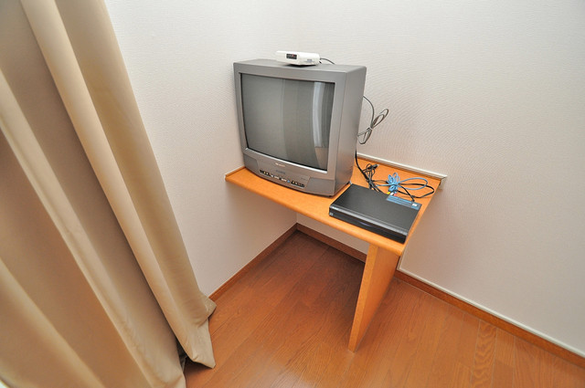 レオパレスフセアジロミナミ テレビ台もあってとても便利です。