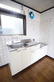 https://image.rentersnet.jp/db39195a-080c-4fd6-824c-a8c87e9933d9_property_picture_1992_large.jpg_cap_窓があって明るいキッチン