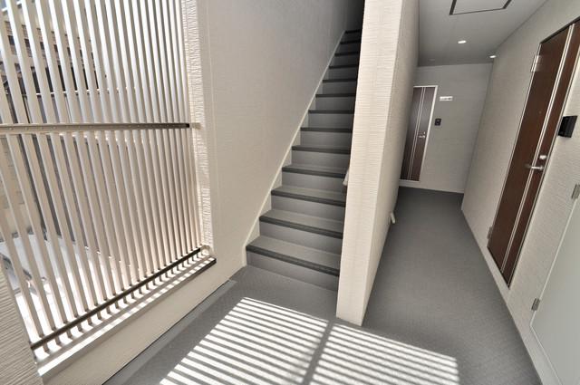 クリエオーレ巽南 この階段の向こうに新たな生活が待ってます