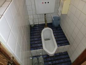 廊下部分に共同トイレございます。