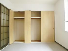 クローゼットがお部屋に2か所付いてます。
