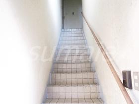 上階へあがる階段です☆