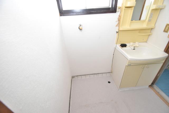 宝持3-2-16貸家 洗濯機置場が室内にあると本当に助かりますよね。