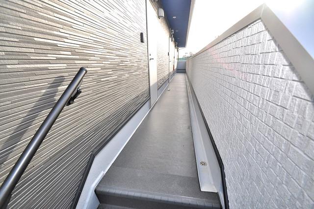 K' ヴィラ(ケーズ ヴィラ) 玄関まで伸びる廊下がきれいに片づけられています。
