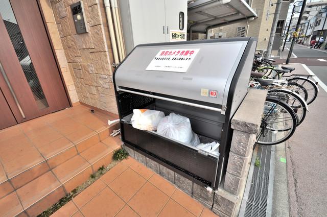 巽北ロイヤルマンション 朝が弱い方でも安心夜でも出せる嬉しい敷地内ゴミ置き場。