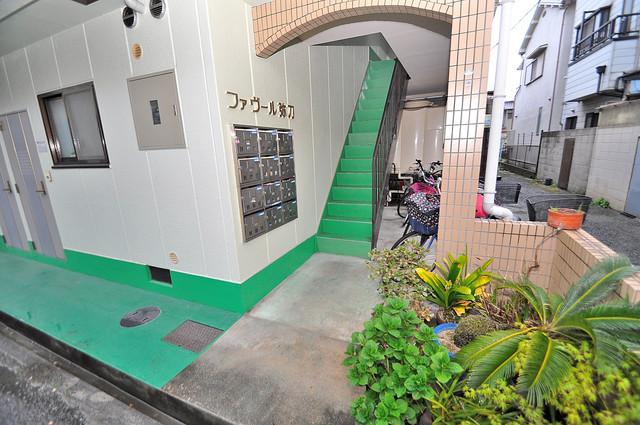 ファヴール弥刀 緑のあるエントランスは癒される心地よい空間です。