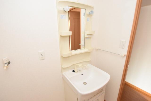 サンヒルズ 人気の独立洗面所はゆったりと余裕のある広さです。