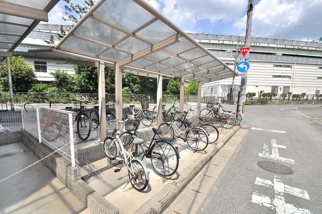 ロータリーマンション長田東 敷地内にある専用の駐輪場。雨の日にはうれしい屋根つきです。