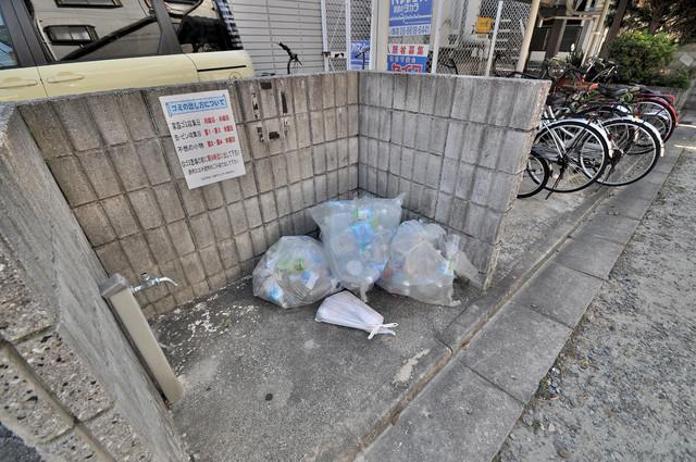 ジャルディーノ壱番館 朝が弱い方でも安心夜でも出せる嬉しい敷地内ゴミ置き場。