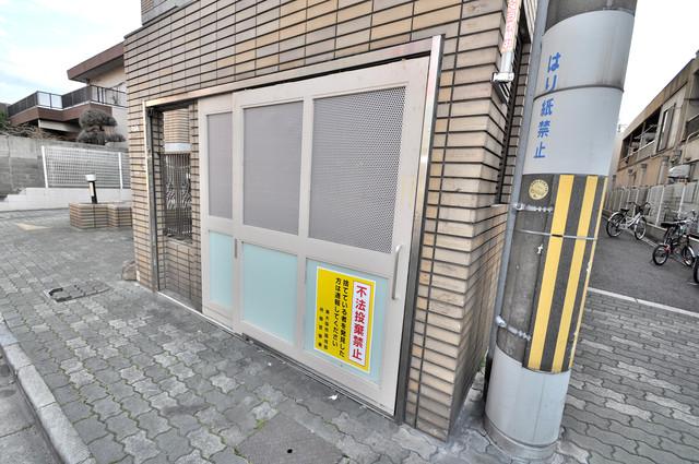 アドバンス渋川 ペントハウス 敷地内に有り、時間を気にせず出せるごみ置き場。