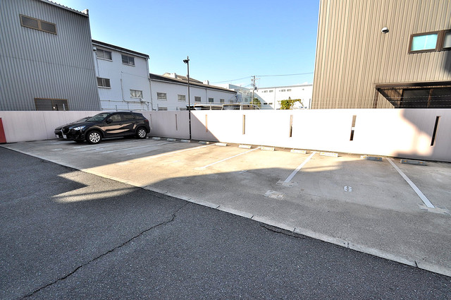 オークハイツ 敷地内にある駐車場。愛車が目の届く所に置けると安心ですよね。