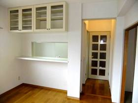 対面キッチンのリビング側上部にも収納棚があります