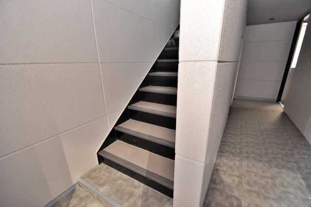 ブライト北巽 2階に伸びていく階段。この建物にはなくてはならないものです。