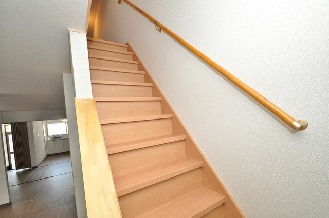 寺前町1-1-27 貸家 2階に伸びていく階段。この建物にはなくてはならないものです。