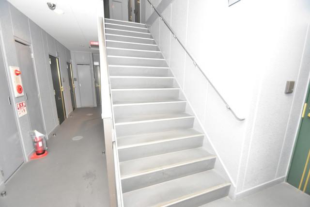 ターフィーズフラット小阪本町 2階に伸びていく階段。この建物にはなくてはならないものです。