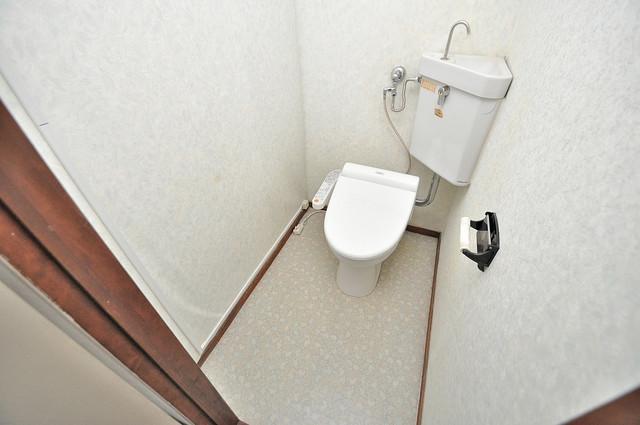 中村マンション 広いトイレはウォシュレット完備で、収納も充実しています。