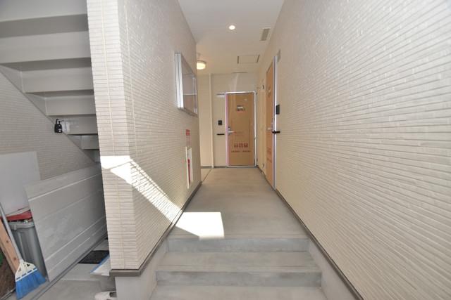フジパレス諏訪Ⅱ番館 玄関まで伸びる廊下がきれいに片づけられています。