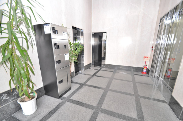 ステーブル荒木 エレベーターホールもオシャレで、綺麗に片づけられています。
