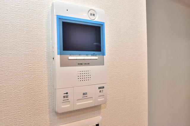ハイツ ニッサク  TVモニターホンは必須ですね。扉は誰か確認してから開けて下さいね