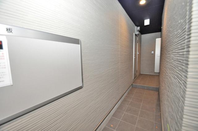 サフィール 玄関まで伸びる廊下がきれいに片づけられています。