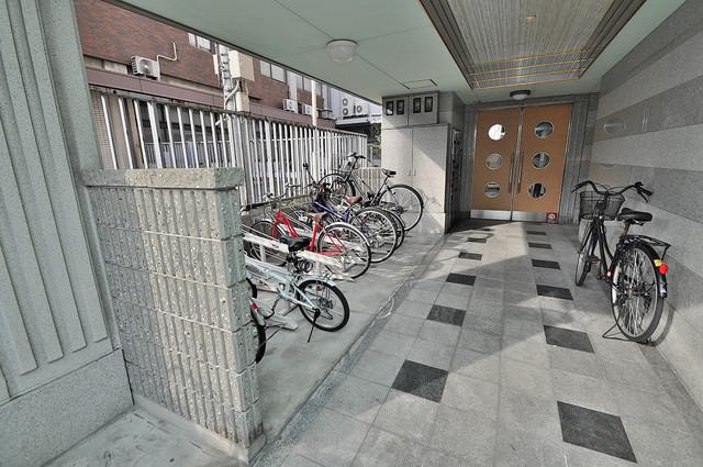 Ritz小阪 敷地内にある専用の駐輪場。雨の日にはうれしい屋根つきです。