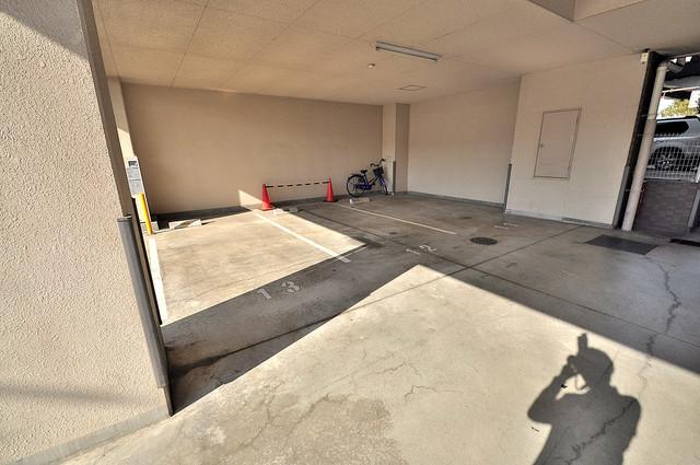 リバーサイド金岡五番館 1階には駐車場があります。屋根付きは嬉しいですね。