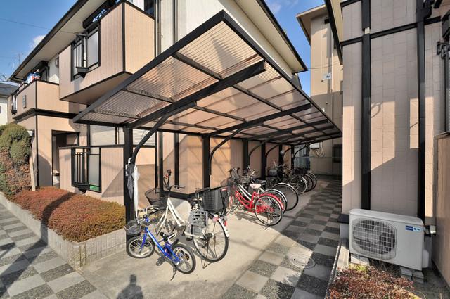 サンビレッジ・ラポール 敷地内にある専用の駐輪場。雨の日にはうれしい屋根つきです。