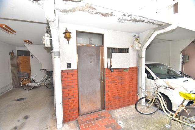 巽北1-29-14 貸家 広々としていて、上品で落ち着いた雰囲気のロビー。
