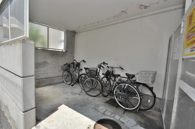 東大阪レジデンス 屋根付きの駐輪場は大切な自転車を雨から守ってくれます。