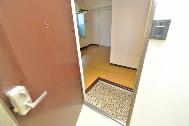 日伸ビル 素敵な玄関は毎朝あなたを元気に送りだしてくれますよ。