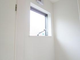 トイレに窓あります☆