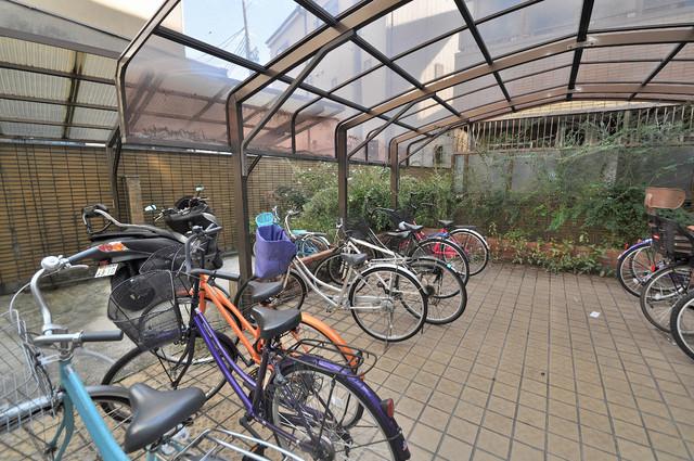 OMレジデンス八戸ノ里 駐輪場が敷地内にあります。愛車を安心して置いておけますね。