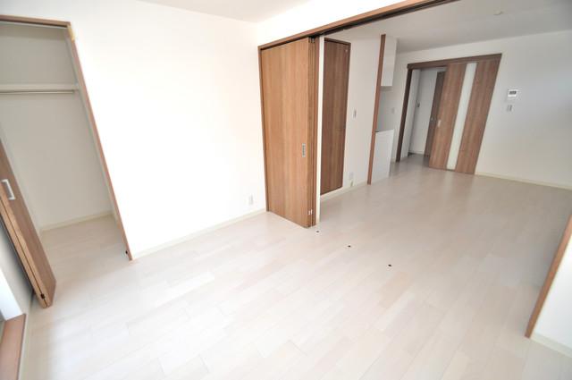 クリエオーレ巽南 白を基調としたリビングはお部屋の中がとても明るいですよ。