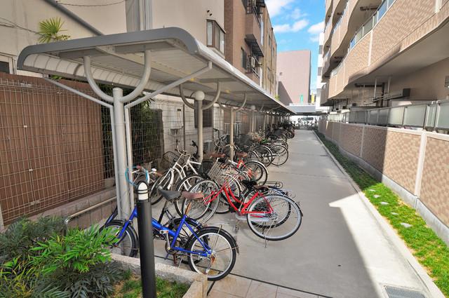 ディオーネ・ジエータ・長堂 敷地内にある専用の駐輪場。雨の日にはうれしい屋根つきです。